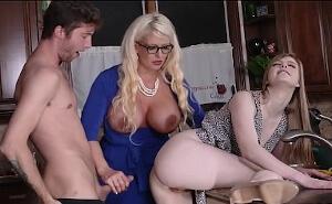 Se marca un trío en la cocina con su novia y su tía