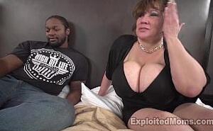Su marido trabajando y ella haciendo porno interracial