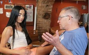 Morena ninfómana folla con el viejo camarero en su bar