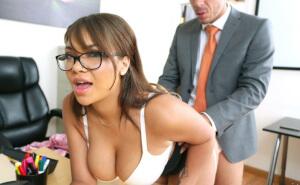 Pilla a su secretaria maciza con un importante calentón