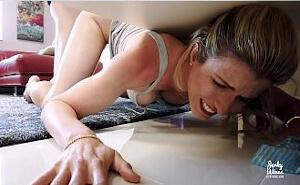 Se queda atrapada y su hijastro aprovecha para penetrarla
