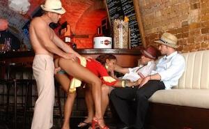 La camarera tiene un culazo que no pasa desapercibido
