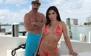 El capitán del barco recibe una visita inesperada muy caliente