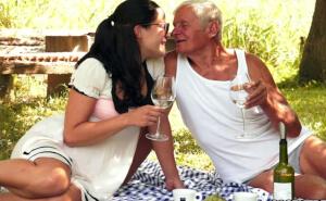 Disfruta de un picnic romántico con un amigo de su abuelo