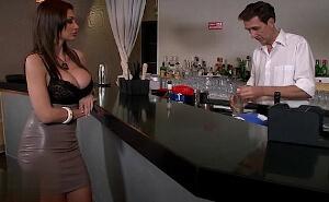 Folla con el camarero antes de que lleguen los invitados