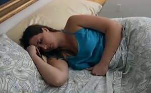 Madre tetona follada por su hijastro mientras está dormida