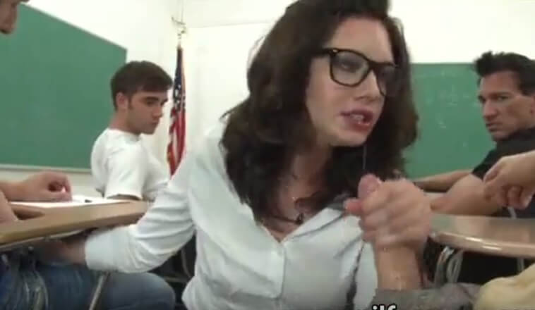 La pobre profesora acaba follada por todos los alumnos