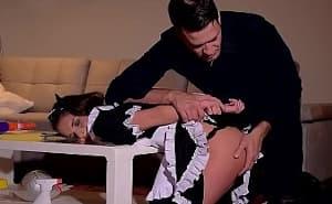 Castiga sexualmente a su sirvienta por no hacer su trabajo