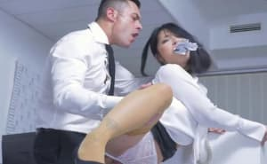 Jefe autoritario castiga a a una empleada en la oficina