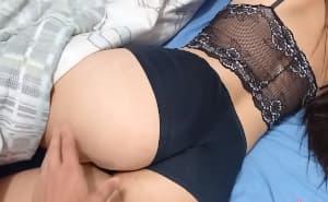 Mi novio me despierta follándome el culo bien fuerte