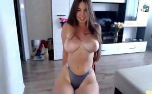 Se exhibe por webcam cuando su novio no está en casa
