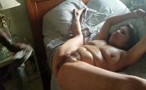 Madura se abre de piernas para sentirla dentro de su culo